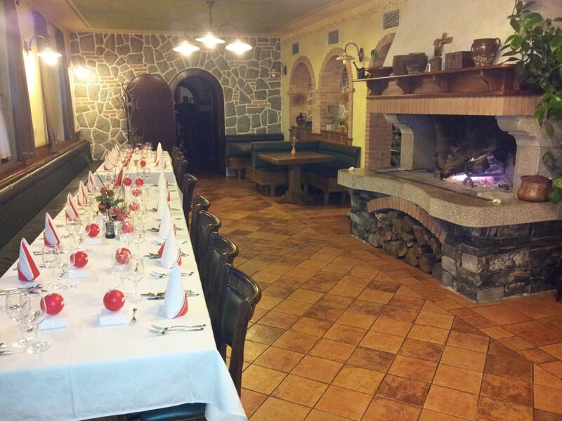 Pogrinjek in krušna peč v ozadju - Gostilna Zupančič