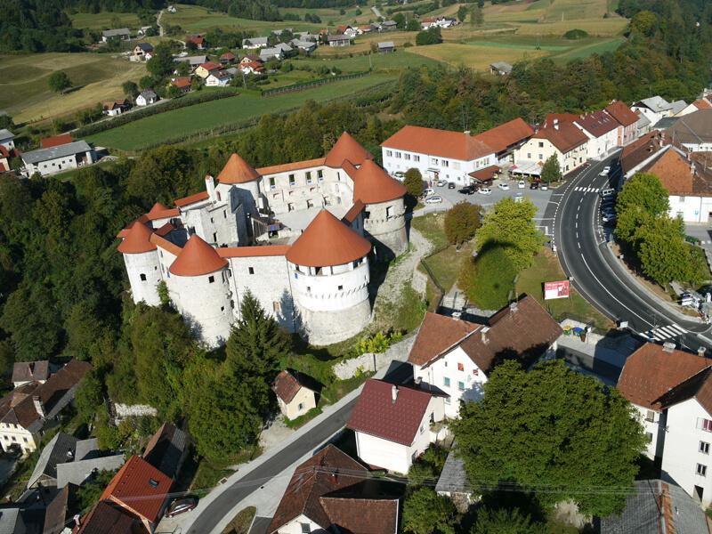 Grad Žužemberk s trgom in okolico